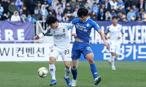 Báo Hàn thất vọng vì HLV Incheon đang lãng phí tài năng Công Phượng